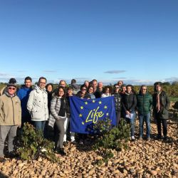 Group photo in the characteristic vineyard of Châteauneuf-du-Pape